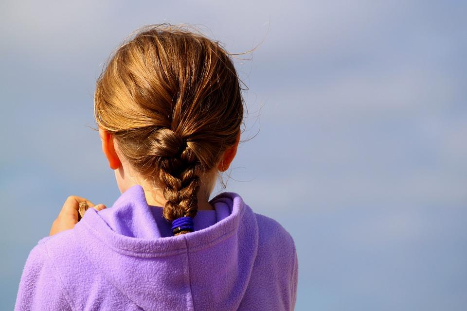 dívka v mikině