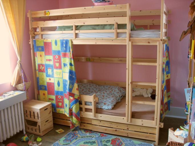 dětský pokoj s patrovou postelí