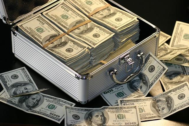 kufr plný zahraniční měny